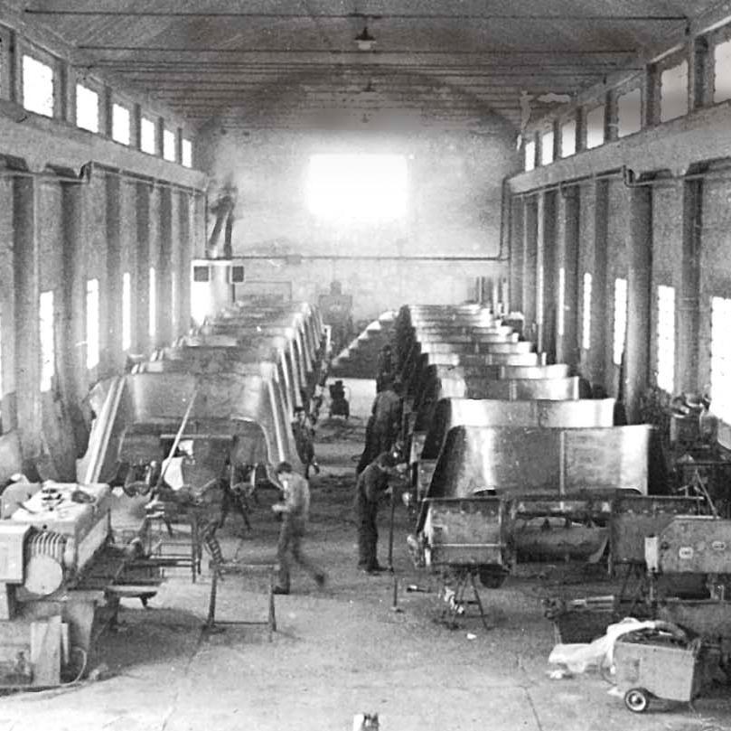 Abbildung der alten Produktionsstätte von Olimac, arbeiten an der Montage von Erntevorsätzen