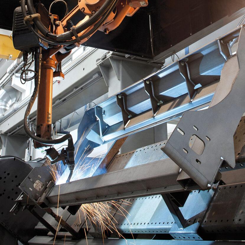 Schweißroboter schweißen vollautomatisch die Rahmenteile der Olimac Erntevorsätze