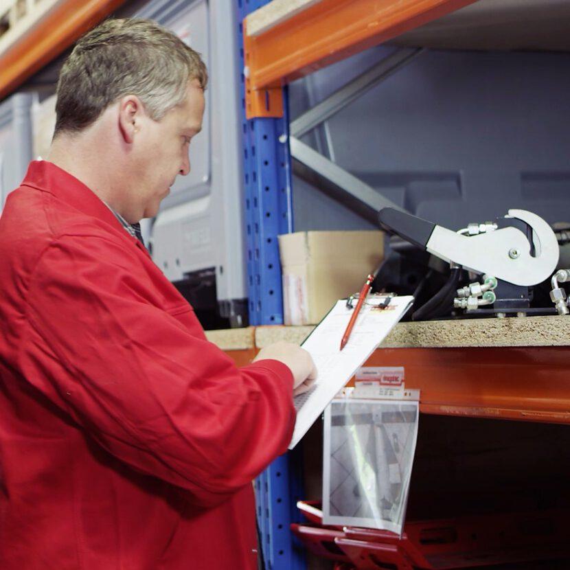 Fachkraft Lagerlogistik kontrolliert Lagerbestand bei Dragotec International GmbH